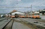 Zwischen den Hauptverkehrszeiten stehen vier Mandarinli zusammen  mit dem De 4/4 102 und der Gem 4/4 122 vor dem Depot in Worblaufen, 08.03.1975. (Foto: Dieter Schopfer)